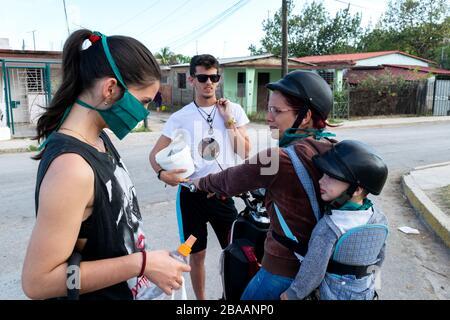 Während der ersten Tage der Kovid 19 in Kuba trifft sich eine Familie auf der Straße. - Stockfoto