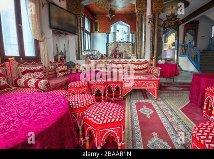 Inneneinrichtung der Hotelhalle mit traditionellen, kunstvollen, arabischen Farben. Chefchaouen, Marokko - Stockfoto