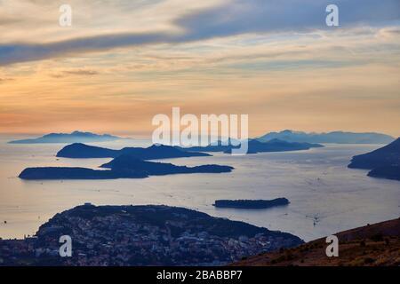 Inseln bei Sonnenuntergang vor dem Ufer von Dubrovnik, Kroatien - Stockfoto