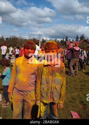 Potrait of Boys mit Pulverfarbe im Gesicht - Stockfoto