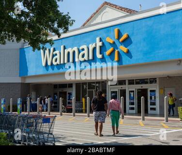 Leute in der Nähe des Walmart-Ladens. Walmart ist der drittgrößte öffentliche Konzern der Welt, der Ketten von Kaufhäusern betreibt. Coronavirus-Zeit. - Stockfoto