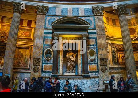 Innenansicht des antiken Tempels Pantheon in Rom, Italien. Pantheon wurde gebaut, um alle heidnischen Götter des alten Rom zu feiern. - Stockfoto