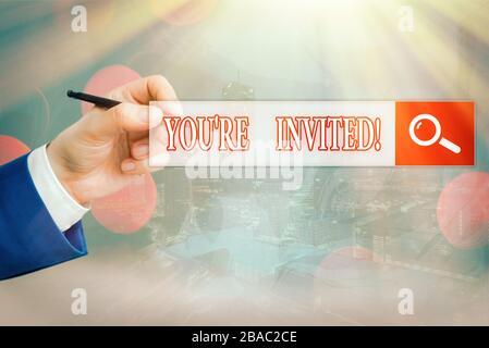Konzeptionelle Handarbeit, die zeigt, dass Sie eingeladen sind. Konzept bedeutet, dass man eine höfliche, freundliche Anfrage an jemanden stellen muss, der irgendwo hingeht - Stockfoto