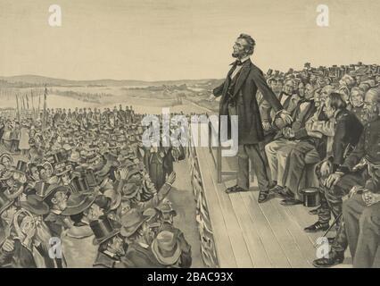 Abraham Lincoln stand auf der Bühne und war mit seinen Armen gestikuliert, während er die Gettysburg Adresse, 19. November, im Jahr 1863, ablieferte. Hinter ihm stehen weitere Sprecher und Würdenträger. Vor und unter sind Männer, Frauen und Kinder aus der größeren Menge, die Soldaten umfasst (BSLOC 2018 9 44).