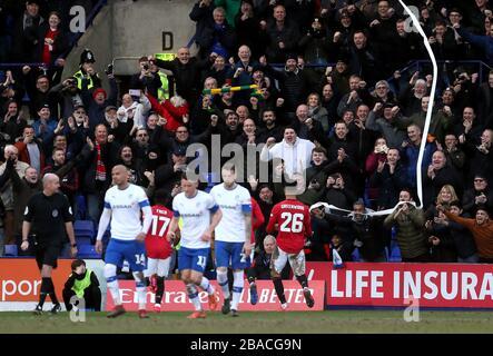 Mason Greenwood (rechts) von Manchester United feiert mit Teamkollegen das sechste Tor seiner Seite