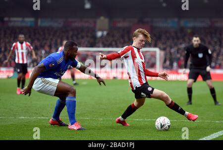Wes Morgan (links) von Leicester City und Jan Zamburek von Brentford