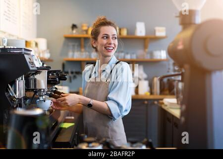 Junge Frau im Coffee shop arbeiten - Stockfoto