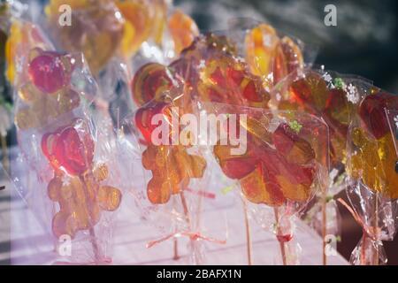 Schmackhafte bunte Lollipops auf der Gegenmesse, schöner Hintergrund - Stockfoto