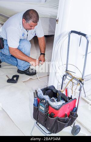 Miami Beach Florida Presidential Eigentumswohnungen Kabelfernsehen TV Techniker Hispanic Mann Werkzeuge Job Arbeit - Stockfoto