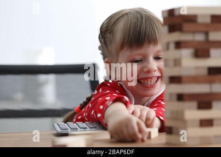 Mädchen sitzen am Tisch und lacht beim Spielen