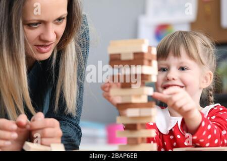 Mutter und Tochter stapeln sich übereinander
