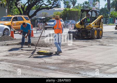 Miami Beach Florida Alton Road Stadt Arbeitnehmer Baustraße reparieren Hispanic Mann Mustang 2060 Skid Loader Warnweste Verkeh - Stockfoto