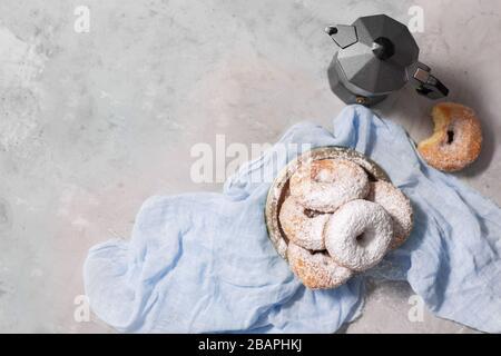 Donuts mit Zuckerpulver auf grauem Hintergrund - Stockfoto