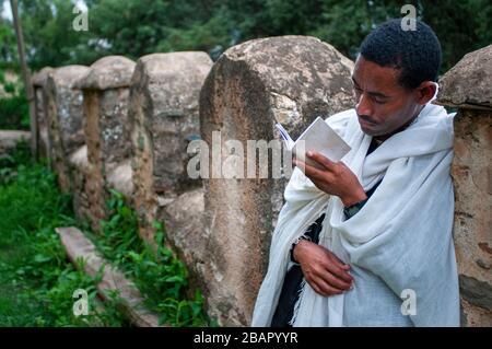 St Mary von Zion Kirche, Aksum, Äthiopien. Ein frommer Christ Coptic betet außerhalb der Kirche St Mary von Zion in Axum, der Ort, wo sie, t glauben - Stockfoto
