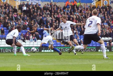 Peter Lovenkrands (Center) von Birmingham City kämpft um den Ball mit Wes Morgan (links) von Leicester City und seinem Teamkollegen Andy King (rechts)