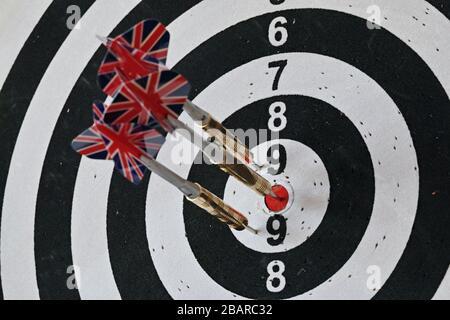 Darts, die mit kreisförmigen Sektoren in ein Ziel eingeklemmt sind - Stockfoto
