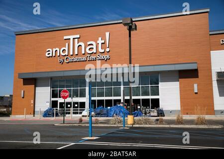 Ein Logo außerhalb einer anddas! Am 23. März 2020 in Woodland Park, New Jersey, in einem Einzelhandelsgeschäft in Christmas Tree Shops. - Stockfoto