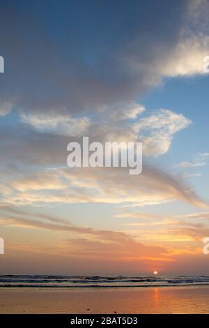 Atemberaubend schöner Sonnenuntergang an der Pazifikküste Nicaraguas. - Stockfoto