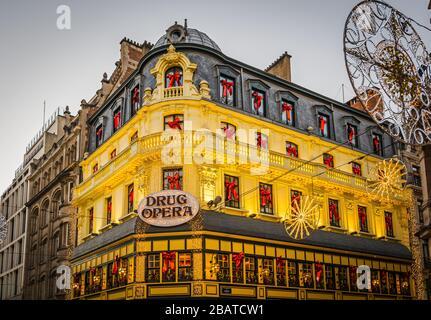 Das Restaurant Drug Opera befindet sich in der Grétry Street, Grand Place, im historischen Zentrum der Stadt brüssel zur Weihnachtszeit - Brüssel, Belgien - Stockfoto
