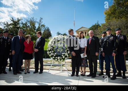 """'Kongressabgeordneter Joe Kennedy III (Mitte links) und Dr. William Kennedy Smith (Mitte rechts) Treffen Sie sich mit Servicemitgliedern und Teilnehmern vor der Grabstätte von Präsident John F. Kennedy, die unmittelbar nach der Zeremonie des 1st Special Forces Command (Airborne) Wreath-Laying zum Gedenken an die Beiträge von Präsident Kennedy zu den US Army Special Forces auf dem Arlington National Cemetery, Arlington, Virginia, am 25. Oktober 2017 stattfand. Kennedy trug wesentlich zu den Special Forces bei, einschließlich der Autorisierung des """"Green Beret"""" als offizielle Kopfbedeckung für alle US-Army Special Forces. (USA Armeefoto Elizabeth Fraser/Arli - Stockfoto"""