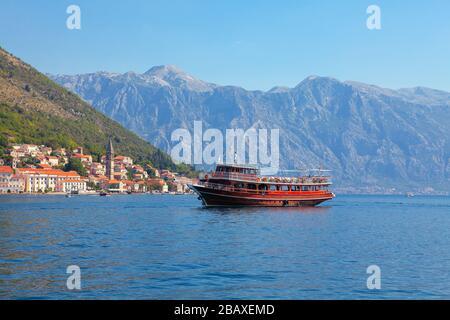Blick auf die Perost-Stadt in Montenegro und Holzschiff - Stockfoto