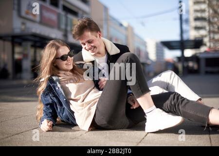 Emailliertes junges Paar, das sich herumtäuscht - Stockfoto