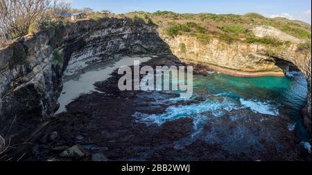 Beliebter Fotopunkt und Touristenziel Broken Beach and Cliff auf der Insel Nusa Penida, Bali, Indonesien - Stockfoto