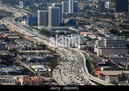 Allgemeine Luftaufnahme der Autobahn 405 während eines Flugs um Südkalifornien am Samstag, 5. Oktober 2019, in Los Angeles, Kalifornien, USA. (Foto von IOS/Espa-Images) - Stockfoto