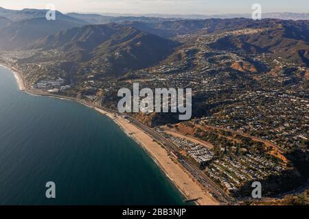 Allgemeine Luftaufnahme des Pacific Coast Highway während eines Flugs um Südkalifornien am Samstag, 5. Oktober 2019, in Los Angeles, Kalifornien, USA. (Foto von IOS/Espa-Images) - Stockfoto