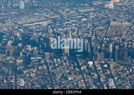 Allgemeine Luftaufnahme der Innenstadt von Los Angeles während eines Flugs um Südkalifornien am Samstag, 5. Oktober 2019, in Los Angeles, Kalifornien, USA. (Foto von IOS/Espa-Images) - Stockfoto