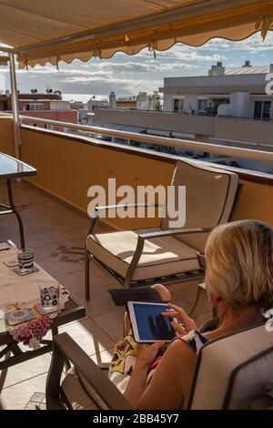 Auf dem ipad mit Freunden und Familie, Playa San Juan, auf der Insel, auf der Kanarischen Insel, in Spanien, in Kontakt bleiben - Stockfoto