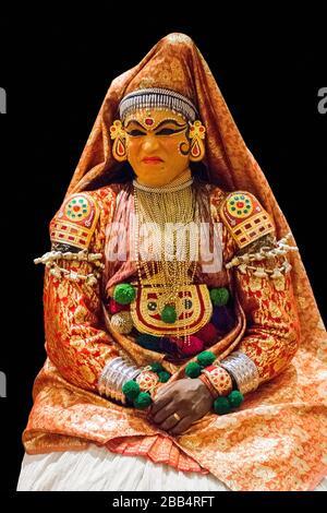 Traditioneller Kathakali-Hindu-Darsteller auf schwarzem Hintergrund, Performancekunst in Kerala - Stockfoto