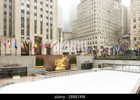 Das nebelige Rockefeller Center ist aufgrund der COVID-19-Pandemie, März 2020, New York City, USA, desertiert - Stockfoto