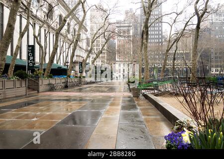 Bryant Park ist aufgrund der COVID-19-Pandemie, März 2020, New York City, USA, verlassen - Stockfoto