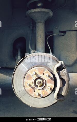 Eine Bremsscheibe mit Bremsunterstützung ohne Räder, die senkrecht in der Nähe der Räder stehen - Stockfoto