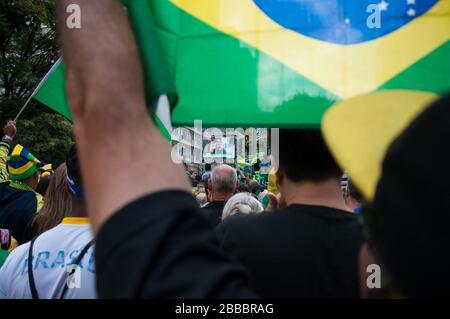 Sao Paulo, SP, Brasilien, 2018/10/21, Demonstration pro Präsidentschaftskandidat Jair Bolsonaro auf der Paulista Avenue mit Flaggen Menschen zeigen ihr Dankeschön - Stockfoto