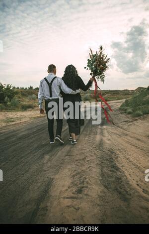 Mann und Frau unterwegs