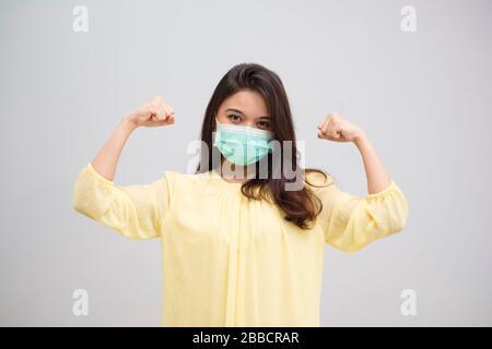Porträt einer fröhlichen und gesunden jungen Frau asian mit medizinischer Maske. Pandemie 2019 Coronavirus 2019-nCoV-Konzept. - Stockfoto