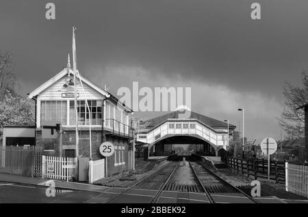 Desertierte Bahnstationen vom Straßenübergang ohne Menschen nach dem Ausbruch des Corona-Virus in Beverley, Yorkshire, Großbritannien. - Stockfoto