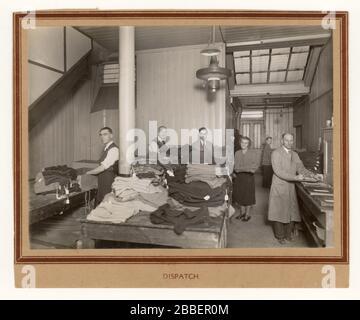 Anfang 1900 Foto von Männern am Arbeitsplatz im Versandraum einer Fabrik, eines Bekleidungsunternehmens, etwa in den 1930er Jahren der vierziger Jahre, wahrscheinlich Norwich, England, Großbritannien - Stockfoto