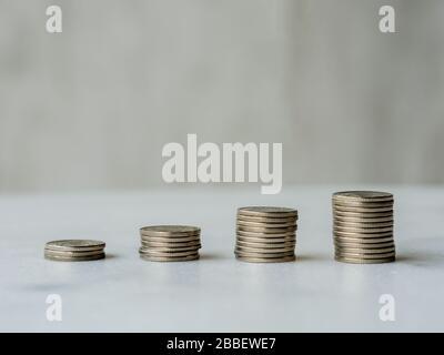 Aufsteigende Münzspalten bilden eine Aufwärtslinie mit Kopierraum. Anschauliches Konzept des Geldwachstums, des wirtschaftlichen Booms oder des finanziellen Gewinns/Gewinns oder des Bankwesens - Stockfoto