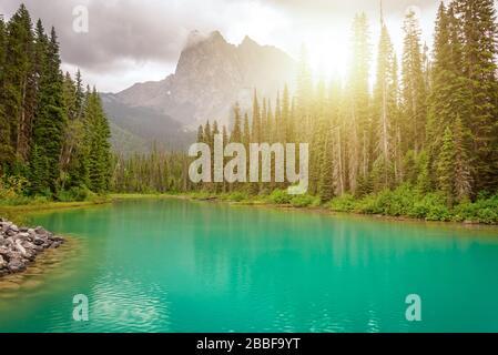 Emerald Lake in der Nähe von Golden im Yoho-Nationalpark in den kanadischen Rocky Mountains, British Columbia, Kanada - Stockfoto