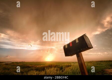 Sonnenuntergang über einem Feld, nachdem ein Sturm in Dodge City Kansas Vereinigten Staaten passiert ist - Stockfoto