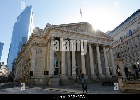 London, Großbritannien. April 2020. COVID-19 Pandemie-Sonnenaufgang in der Nähe der Bank of England und in der Nähe mit Straßen fast leer oder leer. Credit: AM24/Alamy Live News - Stockfoto