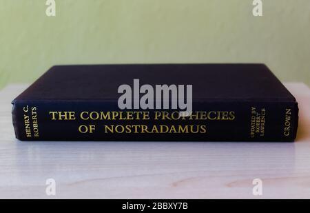 Vollständige Prophezeiungen von Nostradamus, Buch über die Prophezeiungen des berühmten französischen Astrologen Nostradamus aus dem 16. Jahrhundert - Stockfoto
