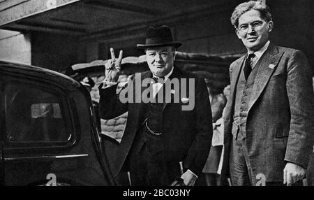 """Winston Churchill gibt sein """"V for Victory""""-Zeichen in Begleitung von Brendan Bracken im Informationsministerium. 1941 - Stockfoto"""