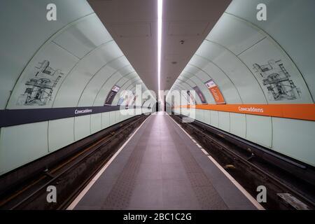 Glasgow, Schottland, Großbritannien. April 2020. Auswirkungen der Sperrung von Coronavirus auf das Leben in Glasgow, Schottland. Leere Plattform auf der Glasgow Subway. - Stockfoto