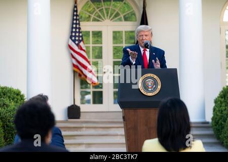 US-Präsident Donald Trump spricht Bemerkungen während der täglichen COVID-19, Coronavirus Briefing im Rosengarten des Weißen Hauses 30. März 2020 in Washington, DC an. - Stockfoto