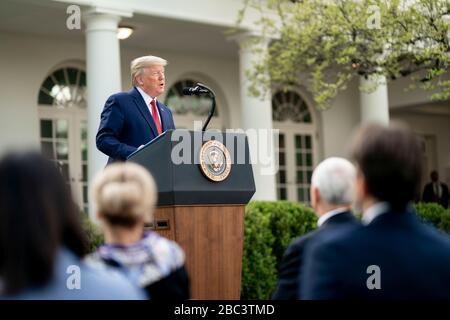Der US-Präsident Donald Trump spricht Bemerkungen bei der täglichen COVID-19, Coronavirus Briefing im Rosengarten des Weißen Hauses 29. März 2020 in Washington, DC an. - Stockfoto