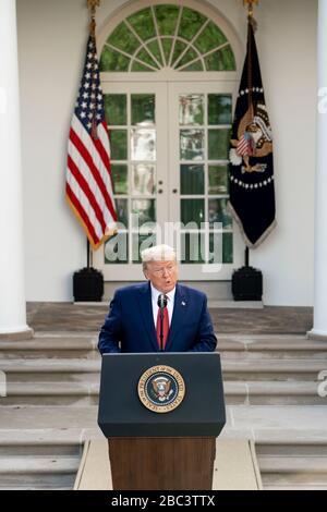 US-Präsident Donald Trump spricht Bemerkungen während der täglichen COVID-19, Coronavirus Briefing im Rosengarten des Weißen Hauses 29. März 2020 in Washington, DC an. - Stockfoto